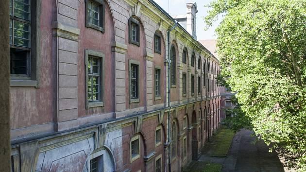 POHLED DO DVORA. K budově karlínské Invalidovny patří také rozsáhlé venkovní prostory.