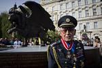 Na pražském Klárově byl 17. června slavnostně odhalen pomník československým letcům, kteří za druhé světové války působili v britském Královském letectvu (RAF) a proslavili se hlavně v bitvě o Británii. Na snímku Imrich Gablech (98).
