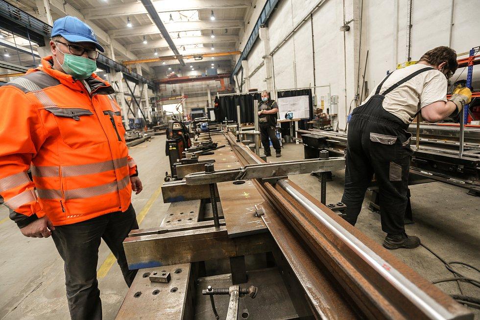Montáž výhybky pro město Hannover – ustavování hlavní kolejnice takzvané výměny na začátku výroby tramvajové výhybky.