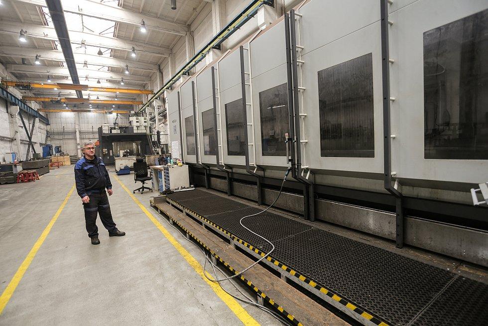 Obráběcí centrum umí automaticky měnit nástroje a má CNC řízení. Zařízení funguje s přesností na plus mínus pět tisícin milimetru, má kapacitu 60 nástrojů, délku přes 20 metrů a hmotnost přes 80 tun.