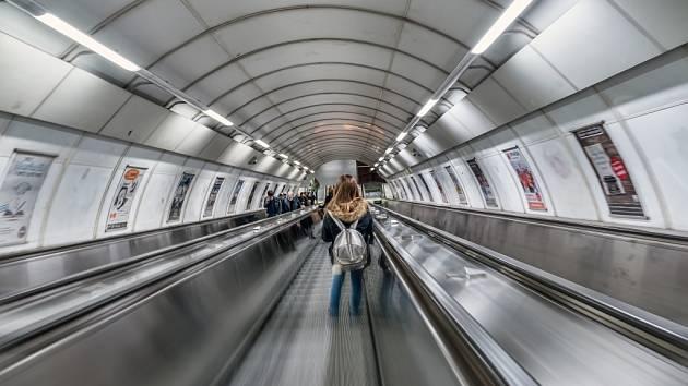 Eskalátor v pražském metru. Ilustrační foto.