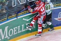 Tento boj dopadl vítězně pro Slavii. Marek Tomica (Slavia) s Davidem Zuckerem z Karlových Varů.