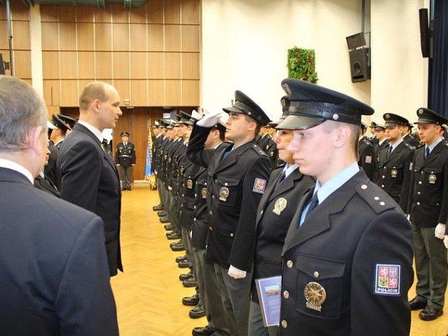 V Praze před zraky nejenom svých nadřízených, ale i rodinných příslušníků složilo služební slib 147 nových policistů – přičemž tento akt doplnilo i vystoupení Hudby Hradní stráže a Policie ČR.
