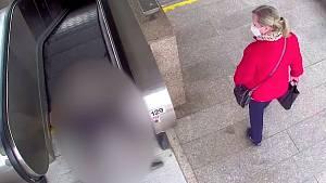Žena okradla seniora. Policie hledá lidi, kteří zraněnému neposkytli první pomoc.