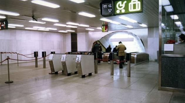 PO TŘICETI LETECH. Turnikety ve stanicích metra budou opět na stráži proti černým pasažérům.