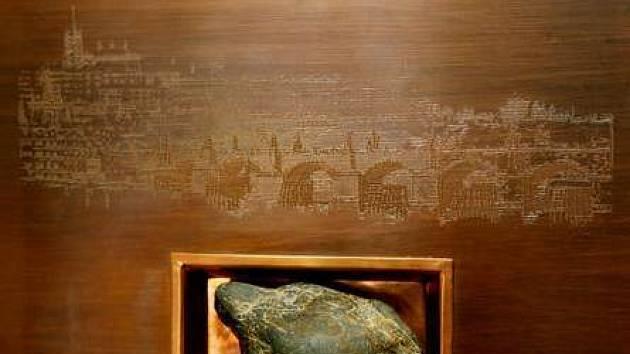 Valoun je zasazen v deskách z lipového dřeva, ve kterých se také obdarovaní dočtou o historii Karlova mostu.