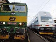 Hned první den se cestující setkali s problémy, hlavně ti, kteří se z vlakového nádraží vydali směrem na metro Hradčanská.