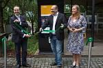 Pásku před spuštěním nového platebního kiosku přestřihli Miroslav Lukeš, generální ředitel společnosti Mastercard, ředitel Zoo Praha Miroslav Bobek a generální manažerka společnosti Ingenico Martina Kirchrathová.