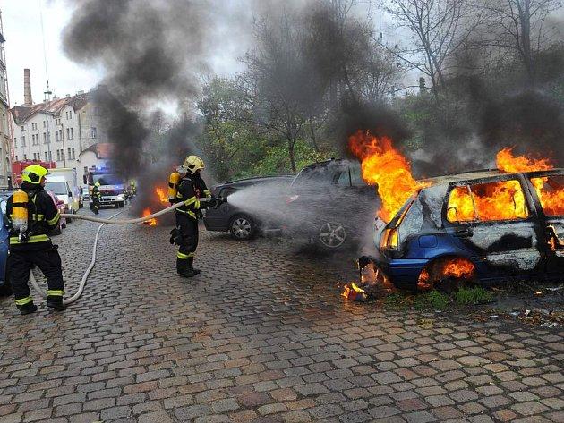 Požár automobilů ve Ctiradově ulici.