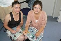 Studentky Česko-německé školy setkávání v Praze Jinonicích předvádějí kufr s výbavou pro analýzu vody ve Vltavě.