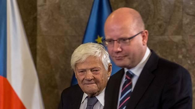 Premiér Bohuslav Sobotka předal 27. října v Praze vyznamenání Karla Kamáře Jiřímu Bradymu.