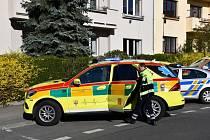 V Bubenči vypadlo dítě z okna, záchranáři ho převezli do nemocnice.