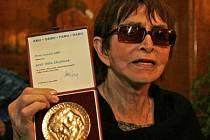 Věra Chytilová převzala zlatou plaketu za celoživotní zásluhy o českou kinematografii.