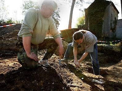 Spolupracovník muzea v Brandýse n. L. Petr Enc (v pozadí) provádí exhumaci hromadného hrobu, který se nachází v Klecanech u hřbitova.