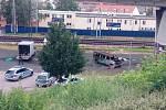Exploze barelu pod mostem na Žižkově.