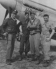 """Francis O'Connell - Lt. Francis J. O´Conell (druhý zleva) před P-51D FT-B """"Margie Maru"""". Američané útočili na strategické pozice držené nacisty. Jedním z těch bylo nádraží v Hostivaři, kde stály důležité lokomotivy."""