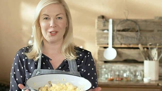Někdo si píše deník, Dita Pecháčková si zapisuje recepty. V pořadu České televize Deník Dity P. prozrazuje své oblíbené recepty, kulinářské finty i filigránské fígle, zděděné po babičce.