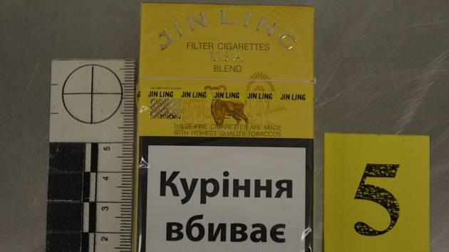 Cizinec, který je občanem Evropské unie, se po příletu z ukrajinského Kyjeva snažil propašovat 345 kartonů cigaret značky Jin Ling.