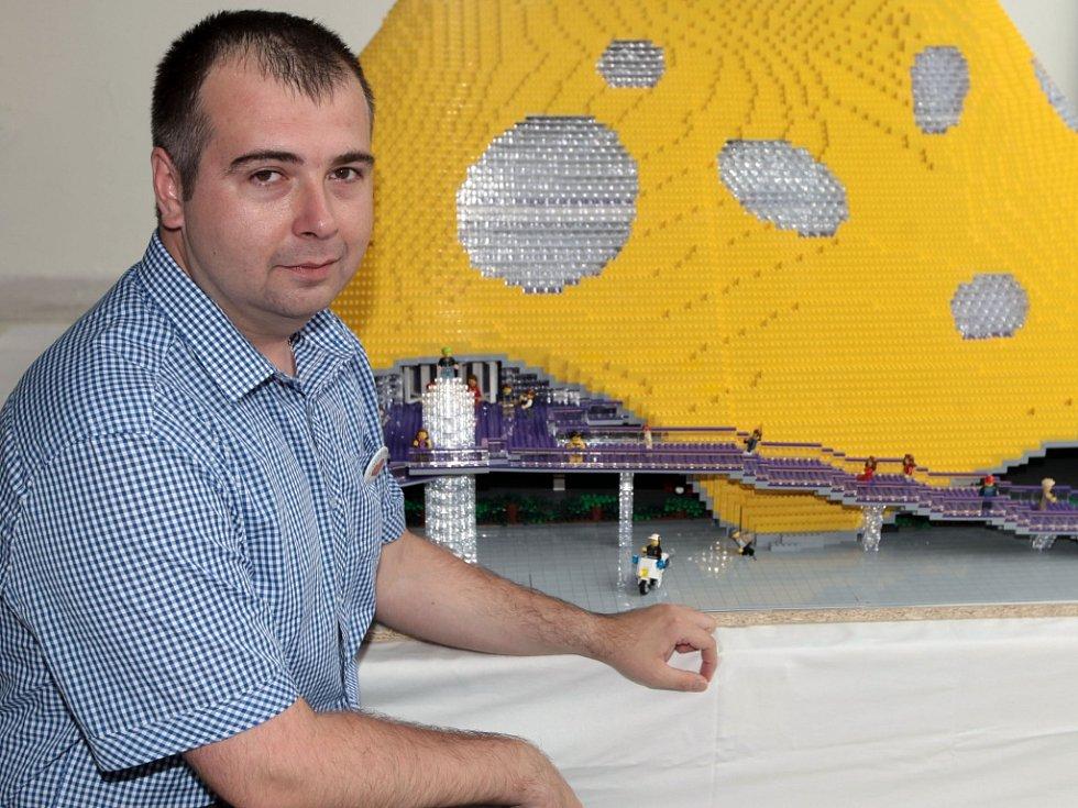 """Ztvárnění modelu """"chobotnice"""" - projektu Národní knihovny od architekta Jana Kaplického - pomocí LEGO kostek. Na snímku autor modelu Eduard Hybler."""