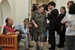 Médiím se obraní lidé (v khaki košili František Mandelíček) svěřili s tím, jaké problémy jim činnost bývalého advokáta přinesla.