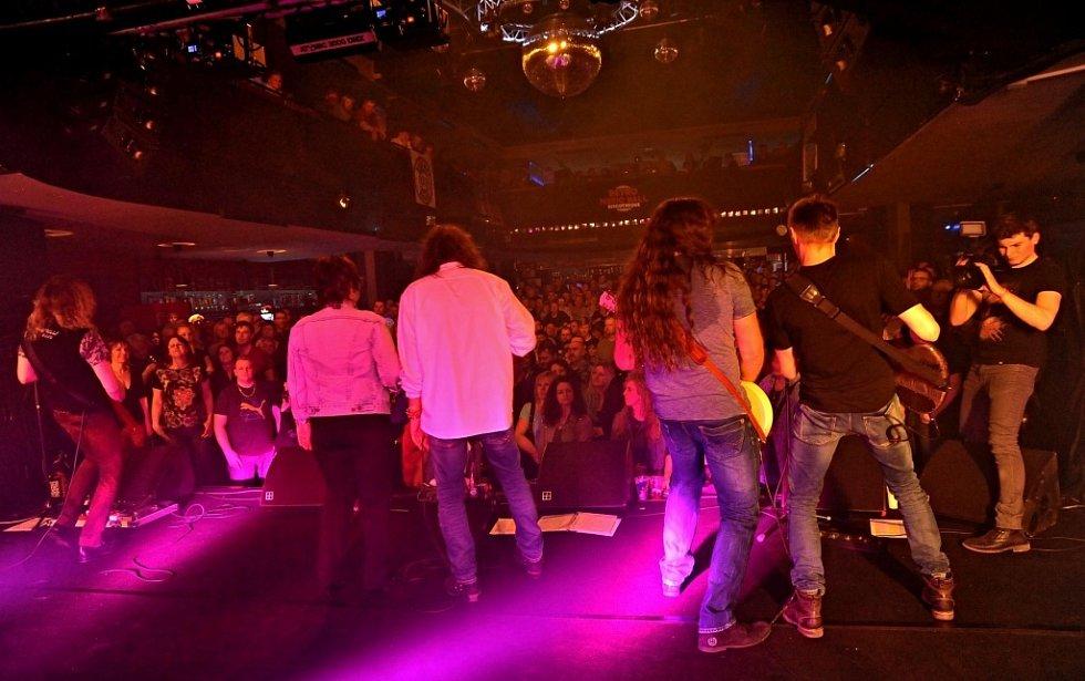 Vzpomínkový večer k nedožitým pětašedesátinám zpěváka Jiřího Schelingera v klubu Retro Music Hall v Praze.