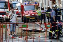 OHROŽENÁ LUCERNA. Na místě stále zasahují hasiči, pěti čerpadly odčerpávají vodu ze zatopeného podzemí Lucerny.