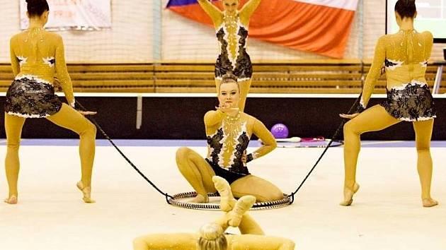 ZKLAMÁNÍ. Moderní gymnastky Vodních staveb Praha svou první sestavu nezvládly.