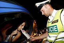 ALKOHOL ZA VOLANTEM. Počet opilých řidičů v hlavním městě přibývá, denně v Praze způsobí dvě nehody./Ilustrační foto