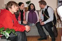 Na snímku jsou v obývacím pokoji zleva Honza, jeho sestra Romana v zákrytu, Nikola a Karolína. Ve společné domácnosti žijí už měsíc a všichni se shodli, že jim to zatím moc klape.