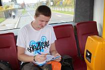 Na litochlebském náměstí jednadvacetiletý elektromechanik David Kupka počítal, kolik cestujících přistoupilo či v kolik hodin přijel autobus na zastávku.