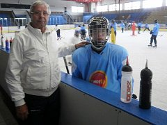 Hokejový trenér Luděk Bukač se věnuje mládeži.