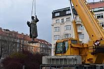 Praha 6 nechala odstranit sochu sovětského maršála Koněva z náměstí Interbrigády.