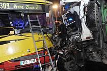 Čelní střet přinesl devět zranění.