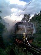 Požár lokomotivy před železničním mostem v Mokropsech.
