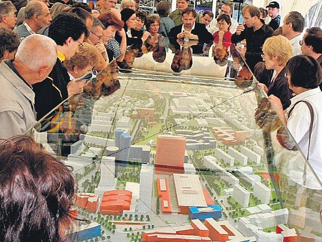 BARVY MÍSTO LEGENDY. Model pláně představuje 500 barevně odlišených staveb. Šedé jsou již obývané, červenése staví a mají povolení, modré jsou teprve v řízení a oranžové znázorňují vizi radnice.