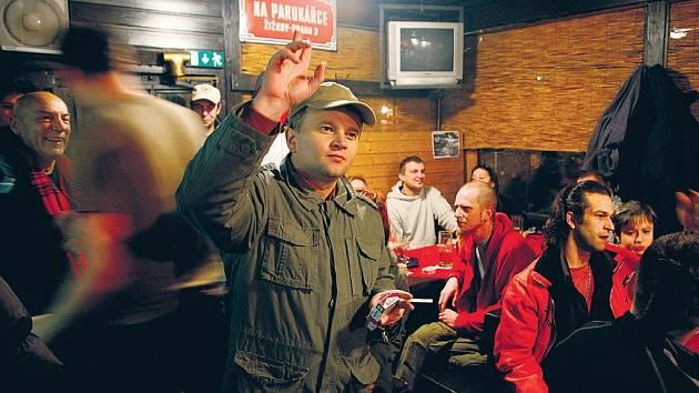 PROTEST. Žižkovští uspořádali v úterý happening za záchranu oblíbené restaurace na Parukářce.