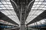Na pražském hlavním nádraží byla 3. října slavnostně zakončena rekonstrukce zastřešení příjezdové haly. Kvůli zkorodovaným nosným obloukům se zvýšily náklady o 127 milionů korun.