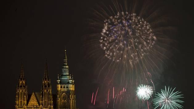Novoroční ohňostroj byl 1. ledna odpálen nad centrem Prahy.