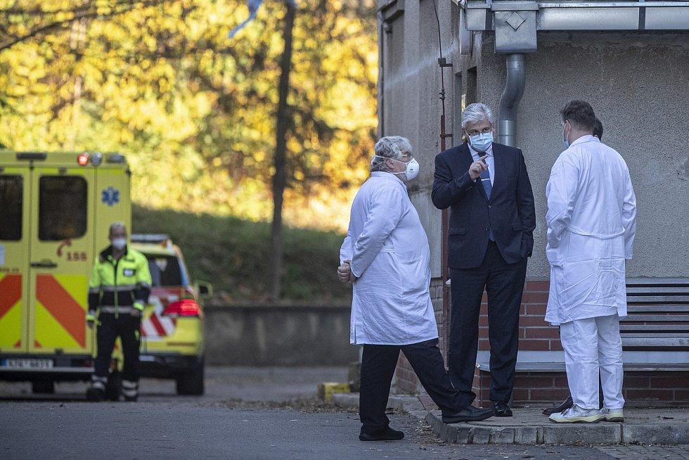 Pacienti s koronavirem ve vážném stavu byli 6. listopadu 2020 transportování pěti sanitkami ze Zlínského kraje do pražské Fakultní nemocnice v Motole.