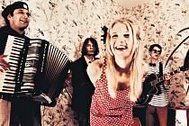 Frontmankou kapely Voilà, která působí v Praze, je slovenská zpěvačka Zdenka Trvalcová.