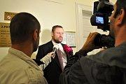 Volný odcházel od Městského soudu v Praze Antonín Saleta, poslední z obžalovaných v kauze 154milionové loupeže století z roku 2002. Soud ho zprostil obžaloby - prozatím nepravomocně - pro nedostatek důkazů. Na snímku státní zástupce Vladimír Mužík.