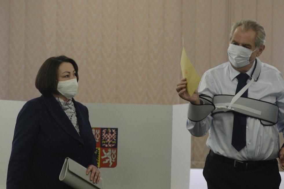 Prezident Miloš Zeman s manželkou Ivanou odvolili v senátních volbách.