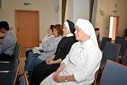 Slavnostní předávání přístrojů a zdravotnického vybavení pro pacienty Nemocnice Milosrdných sester sv. Karla Boromejského.