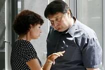 Obvodní soud pro Prahu 8 jednal 25. června 2007 o případu Martina Koláře (na fotografii jeho otec s právničkou), který má po břišní operaci v nemocnici na Bulovce těžce poškozený mozek.