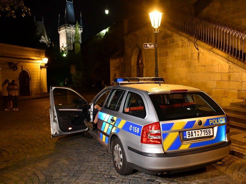 Dvojice cizinců posprejovala pilíř Karlova mostu, podezřelé zadrželi strážníci.
