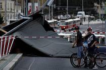 SPADLÁ STŘECHA. Na frekventovanou ulici dopadly plechy ze střechy katastrálního úřadu.