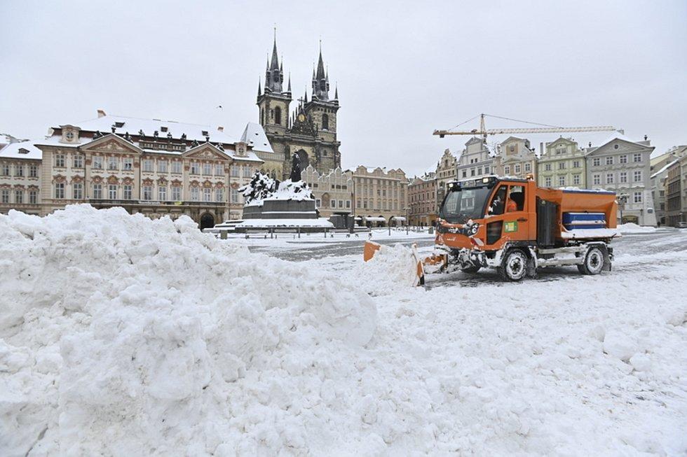 Úklid sněhu na Staroměstském náměstí  - Pracovníci technických služeb odklízejí 8. února 2021 sníh na Staroměstském náměstí v Praze.