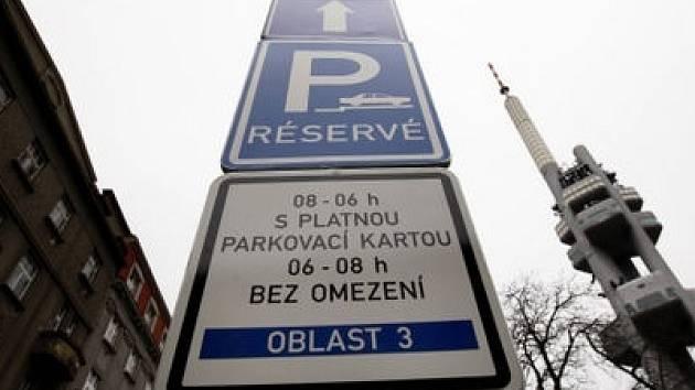 MÍSTNÍ VÝJIMKA. Žižkovská divadla mají stále rezervovaná parkovací místa, ač to magistrátní pravidla nepovolují.