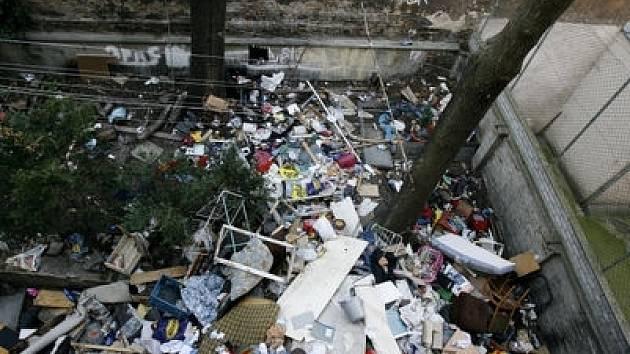 Halda odpadků na dvoře domu čas od času vzplane a tak výjezd hasičů do objektu není ojedinělý.