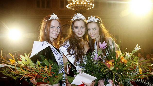 Finále soutěže Miss Praha Open 2011 proběhlo 5. listopadu na pražském Žofíně. Na snímku zleva 2. vicemiss Andrea Šárová, miss Tereza Chlebová a 1. vicemiss Markéta Břízová.